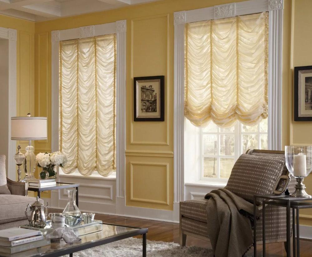 Salon avec rideaux autrichiens aux fenêtres