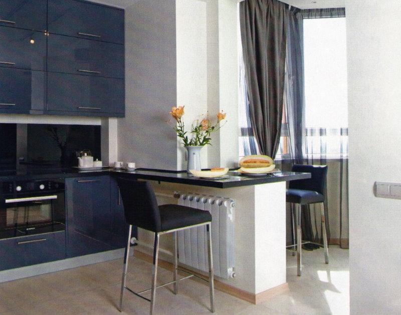 Une table sur le mur entre la cuisine et le balcon