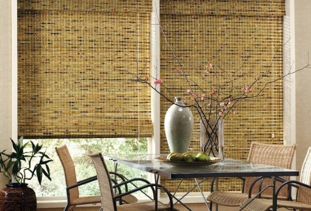 Rideaux de bambou sur les fenêtres de la salle à manger de la cuisine