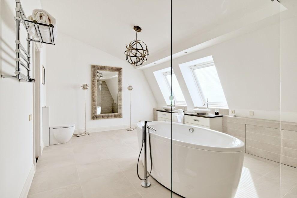 Plafond blanc mat dans la salle de bain mansardée