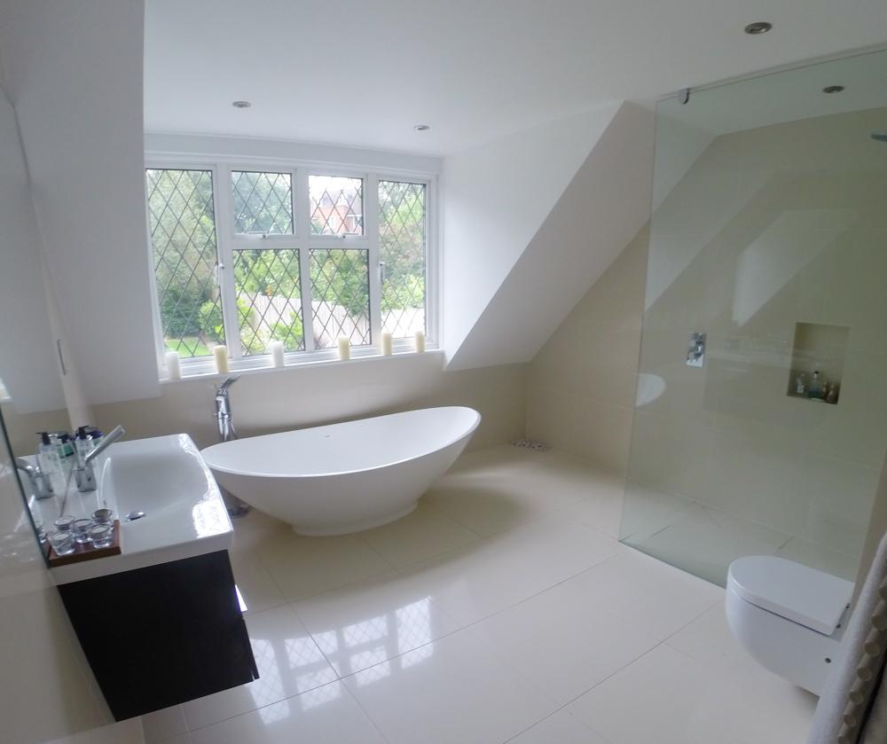 Conception de salle de bains mansardée dans un style high-tech