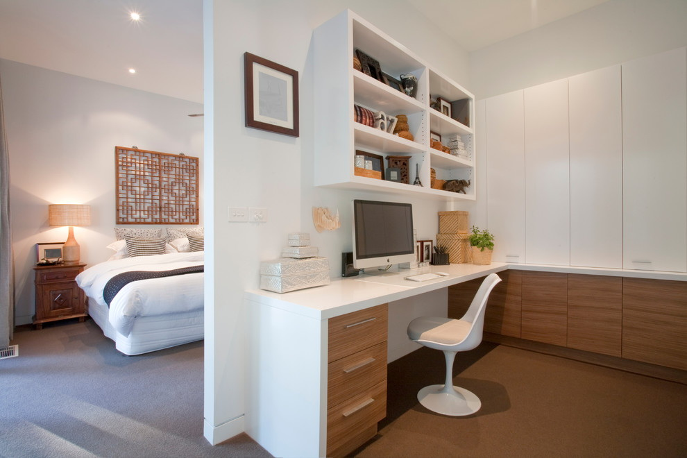 Mobilier blanc à l'intérieur de la chambre d'étude