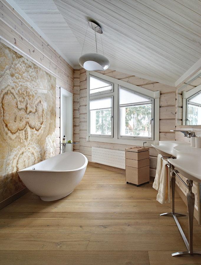 Salle de bain beige dans les combles de la maison en rondins