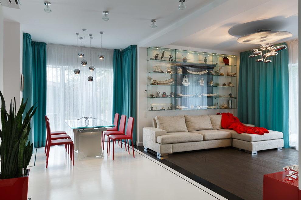 Rideaux turquoise en tissu épais sur la fenêtre de la cuisine-salon