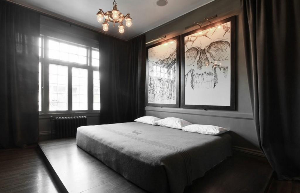 Grandes peintures au-dessus du lit dans la chambre