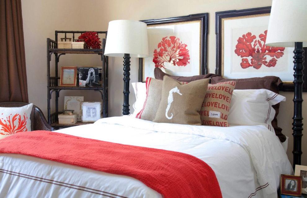 Photos dans des cadres en bois sur le lit dans la chambre