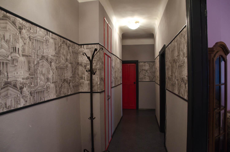 conception de couloir avec papier peint combiné