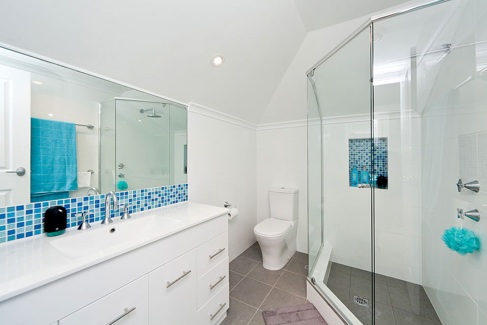Salle de bain avec douche dans le grenier d'une maison privée