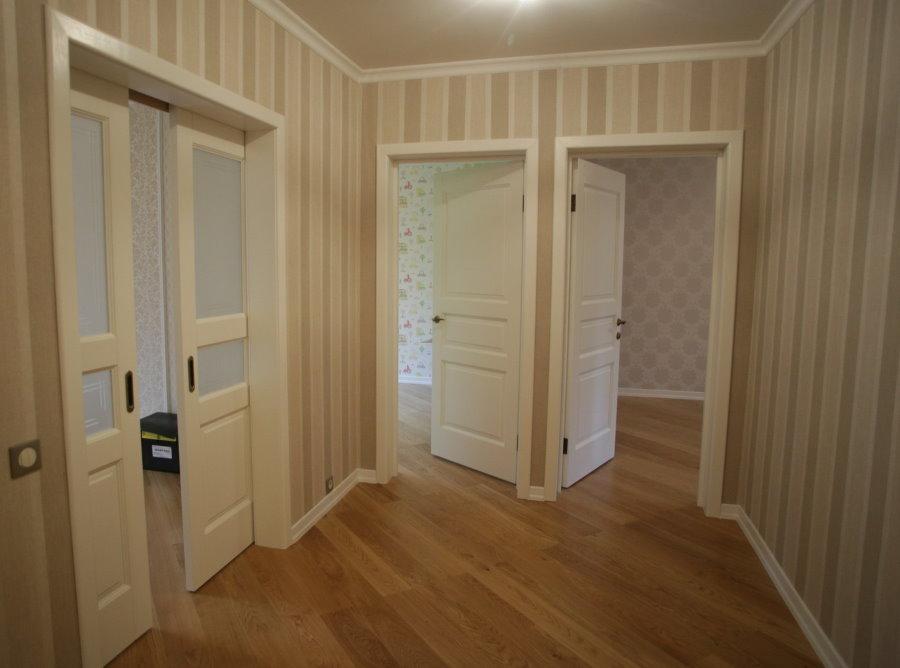 Portes dans le hall d'entrée d'un appartement de deux chambres