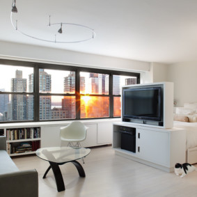 Une chambre avec fenêtres panoramiques sans rideaux