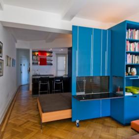 Meuble transformateur aux façades bleues