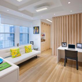 Plancher en bois dans un appartement avec une grande fenêtre