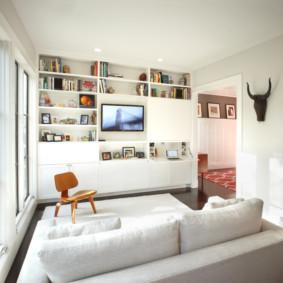 Une étagère ouverte au lieu de meubles encombrants