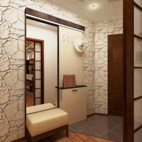 Papier peint sous la pierre sur le mur du couloir