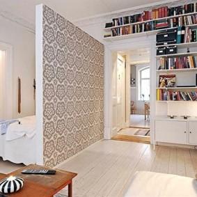 Papier peint en papier sur une cloison dans une salle commune