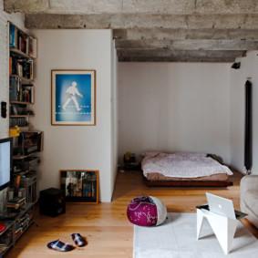 Ordinateur portable sur une petite table dans un appartement
