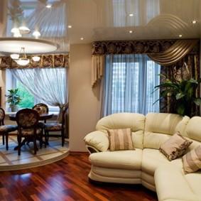 Canapé en forme d'arc dans le salon-cuisine
