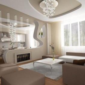 Plafond à deux niveaux dans un appartement de maison de panneau