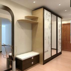 Portes d'armoires en verre dans le couloir