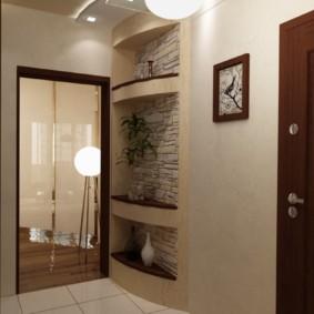 Niches dans le mur du couloir d'un appartement en ville