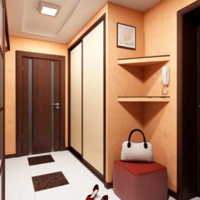 Plancher de céramique dans un petit couloir