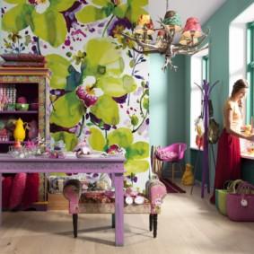 Papiers peints avec de grandes fleurs dans le salon