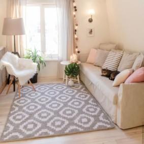Tapis à motifs géométriques au sol de la pièce