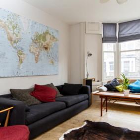 Carte du monde sur le mur du salon