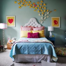 Papillons en papier coloré sur le mur de la chambre