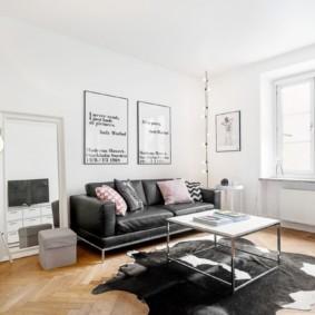 Murs blancs d'un salon spacieux