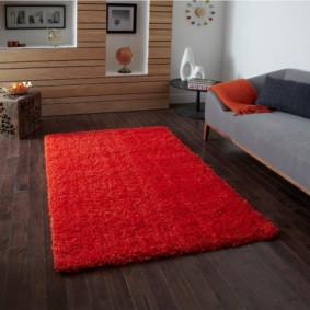 Tapis rouge sur le sol sombre