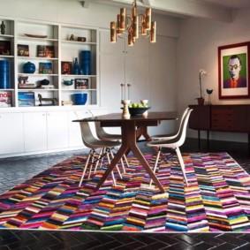 Groupe de repas sur un tapis coloré