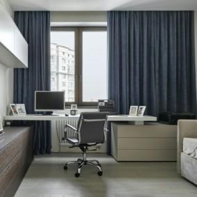 Bureau près de la fenêtre avec des rideaux sombres