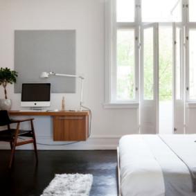 Table suspendue sur le mur de la chambre