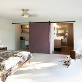 Porte coulissante en bois dans une chambre spacieuse