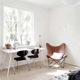 Chaises noires à la table blanche