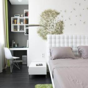 Une photo d'un pissenlit sur le mur d'une chambre