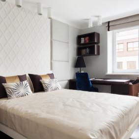 Oreillers décoratifs sur un lit large