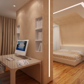 Bureau derrière la cloison dans la chambre