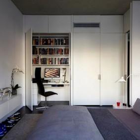 Armoire avec un lieu de travail dans une chambre