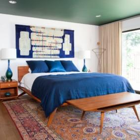 Couvre-lit bleu sur un lit large