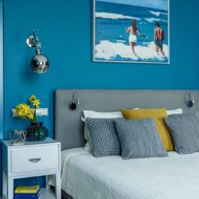 Murs bleus dans une chambre moderne