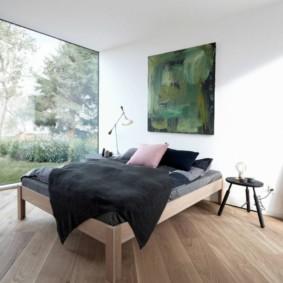 Chambre chic avec une grande fenêtre