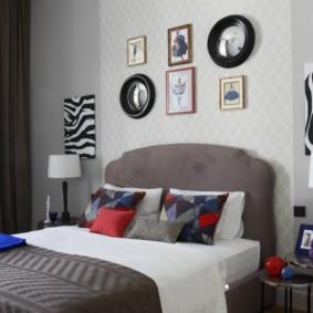 Miroirs et peintures au-dessus de la tête du lit