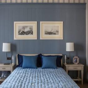 Tables en bois sur les côtés du lit