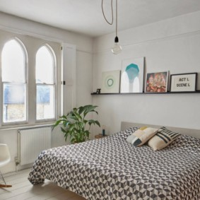 Chambre avec fenêtres cintrées