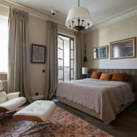 Chambre spacieuse avec deux fenêtres