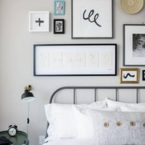 Oreillers blancs sur un lit en métal