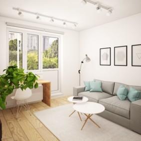 Peintures modulaires sur un canapé gris