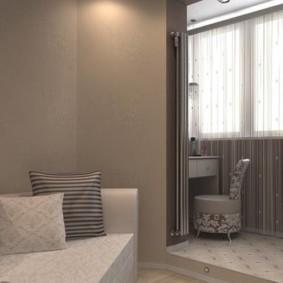 Oreillers sur un canapé dans une chambre avec une baie vitrée